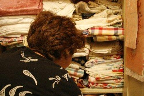 Mom_folding_linenes